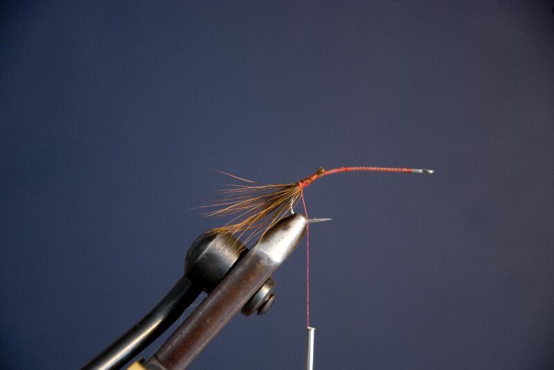 Hold hacklet bagover, tag et par tørn over fibrene så at hacklespidserne ligger sig bagover.