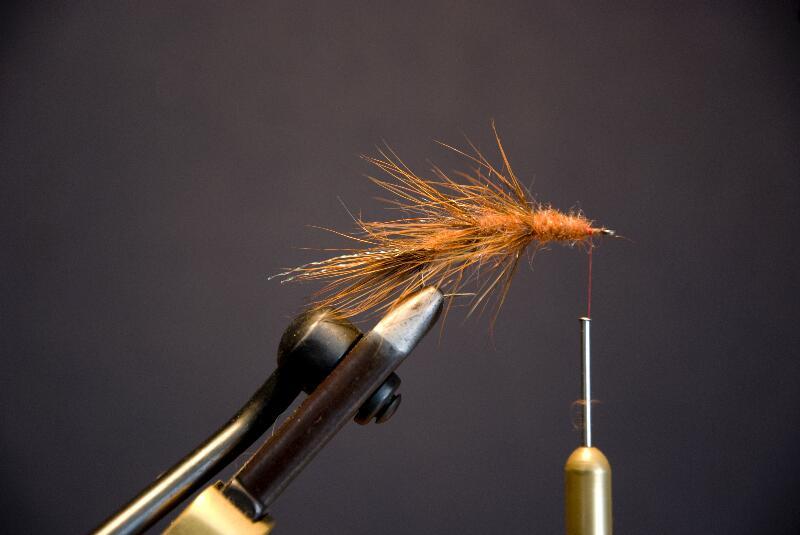 Sidste omgang dubbing bindes ind, stop 1 cm før krogøjet.