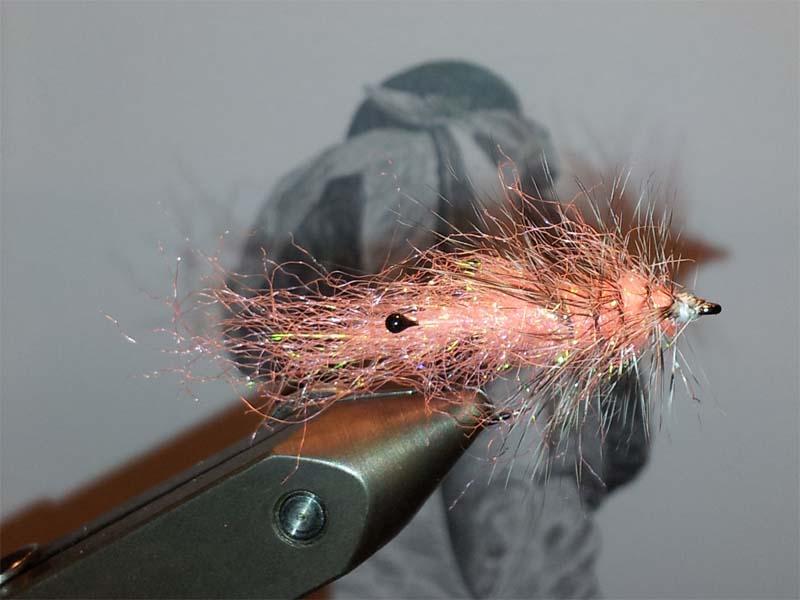 Krog: Owner kappa SW1 str. 6. Belastning: Vire el. andet tungt:-) Krop: Miks af Ice dup fl shell pink, antron fl shell pink og Ice dup pearl. Munddel: Miks af Ice dup fl shell pink, antron fl shell pink og Ice dup pearl. Rib: Monofil 0,20 Hackle: Keough grizzly hane.