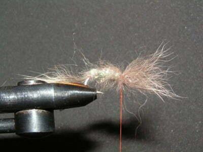 Bind så tråden med hår ind bag kuglekæde øjnene. Hvis hårene der sidder foran krogøjet bliver snoet ind i hinanden, så kan man ved at kører sin dubbingnål gennem hårene frisere hårene så de ikke er snoet længere.