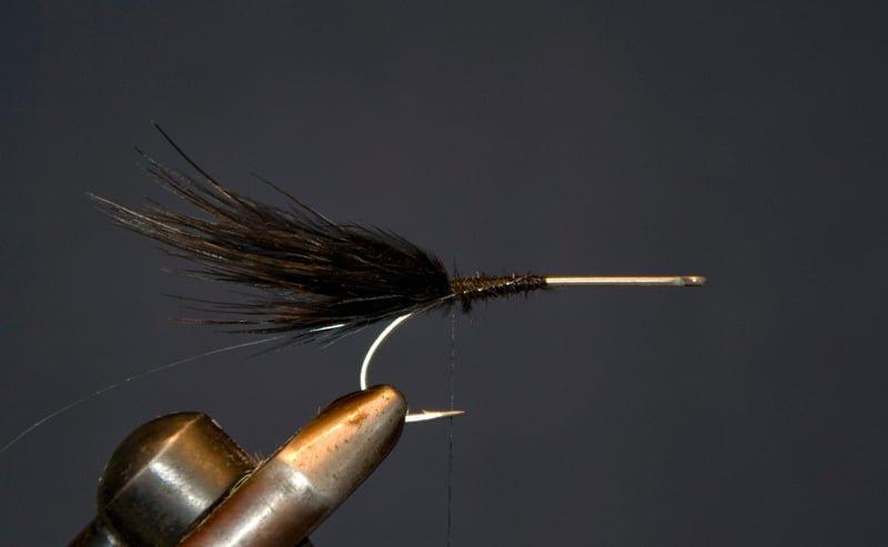 Bind et bundt sorte marabou fibre lige ved krogspidsen, (marabou – skal være lige så langt som krogskaftet, bind også ribben ind på dette tidspunkt.